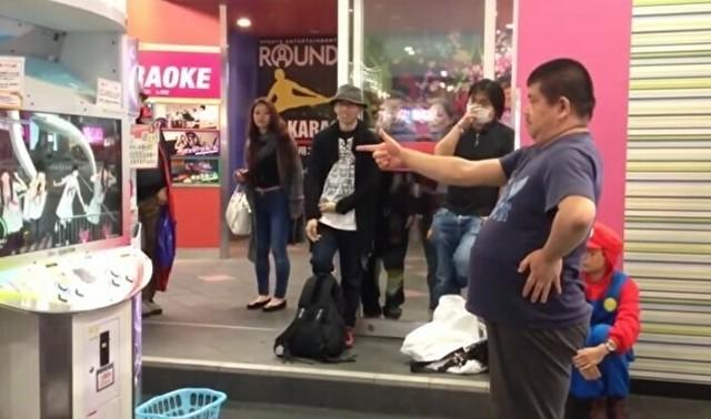 ダンエボを踊る日本人男性.jpg