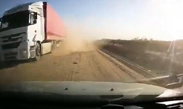 ダートを走るトラックとスレ違う時.jpg