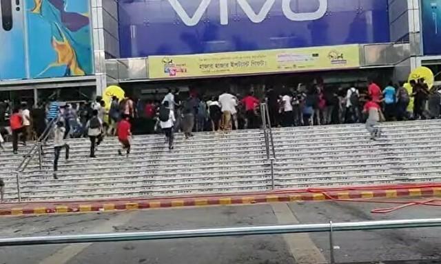 チケットを求めるバングラディッシュのファン.jpg