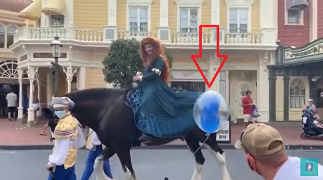 ディズニーで風船が馬の足に絡みつく.png