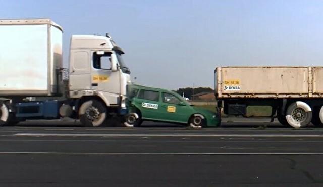 トラックで乗用車をサンドイッチ.jpg
