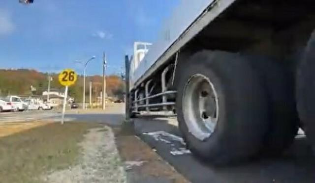 トラックの内輪差に注意.jpg