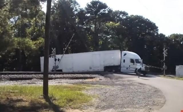 トレーラーに貨物列車が追突.jpg