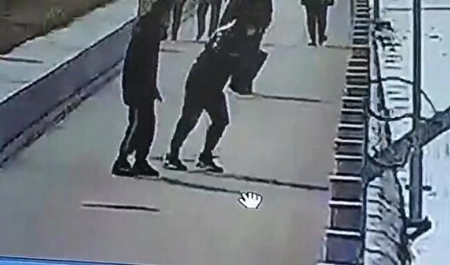 ドミノ現象でガードレールが落ちる中国.jpg