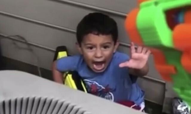 ナーフガンで撃たれる子供.jpg