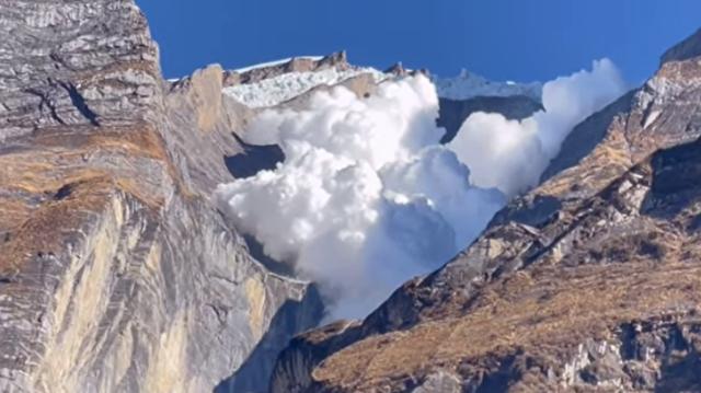 ネパールで起きた雪崩を命懸けで楽しむ人たちが.png