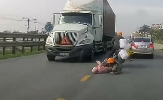 バイクから落ちた子供をママがミラクルセーブ.jpg