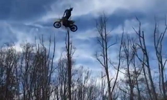 バイクのジャンプスタントで奇妙な凄い飛び方.png