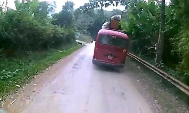 バスの下にちょうど倒れる少年.jpg