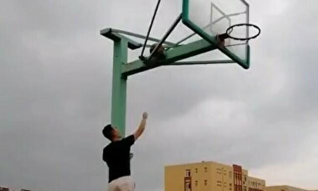 バスケットゴールにボールと靴が嵌った人.jpg