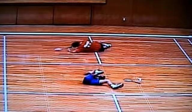 バドミントンで二人が同時に足を攣る.jpg