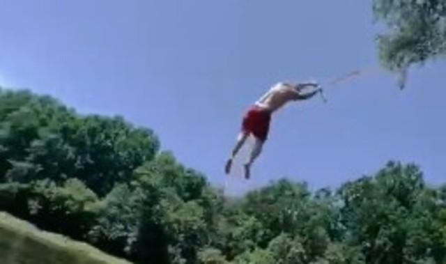 バンジー、吊り下げジャンプの映像でヘビ.jpg