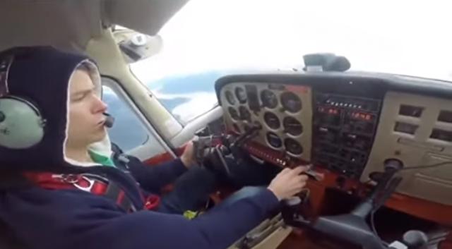 パイロットが外に出て給油確認.png