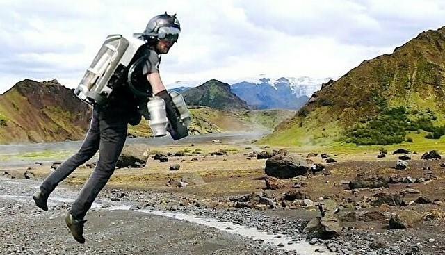 フライングジェットスーツでアイスランドをひとっ飛び.jpg