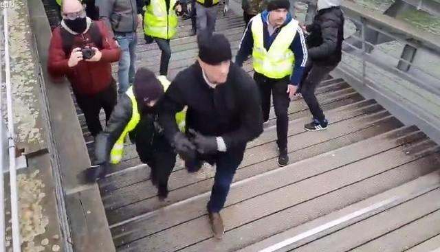 フランスの暴動でボクサー.jpg