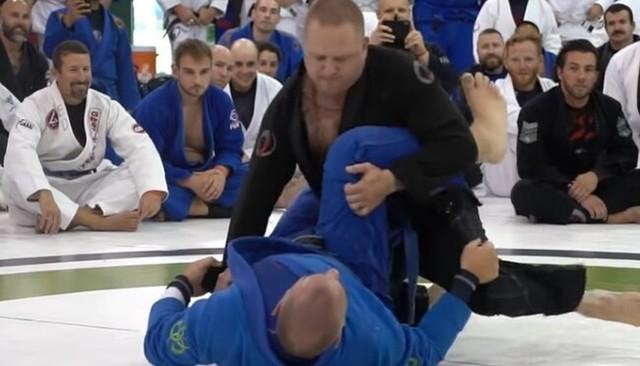 ブラジリアン柔術の黒帯とネイビーの青帯のどっちが強いか.jpg