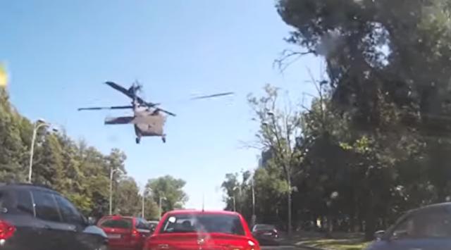 ブラックホーク」ヘリが風圧で街灯をなぎ倒しながら緊急着陸.png