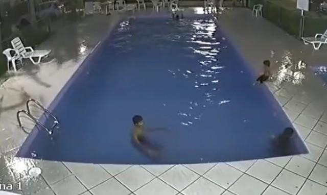プールで溺れる子を助ける大人.jpg