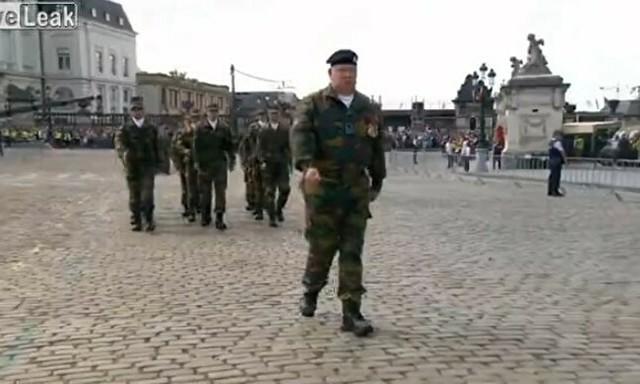 ベルギーの兵隊の歩き方.jpg