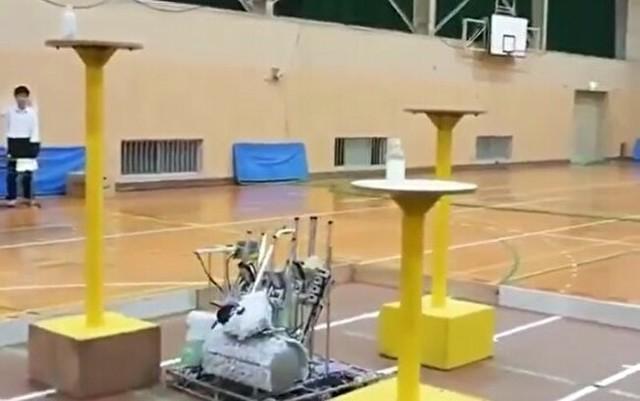 ペットボトルを投げて建てるロボット.jpg