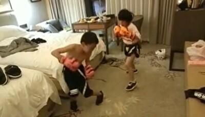 ホテルで子供に格闘技をやらせる親.jpg