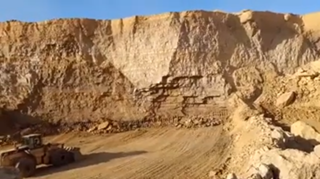 ホーンで岩山を崩す.png