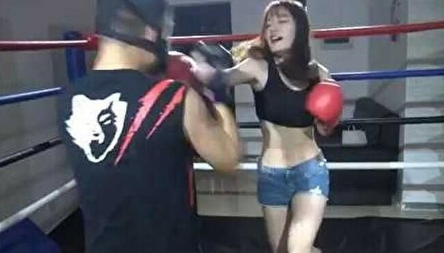 ボクシングで女の子の腹筋を鍛える.jpg