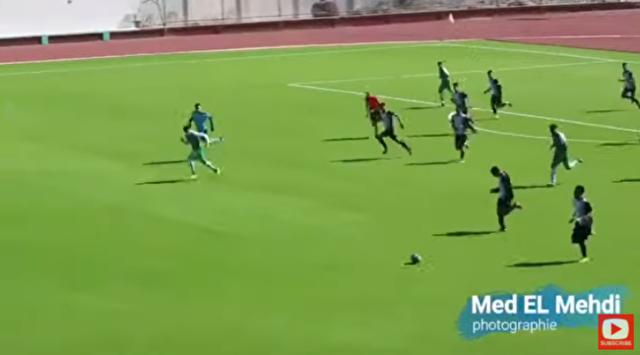 ボールボーイがサッカーの試合中にゴールを阻止.png