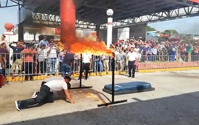 メキシコのパレードで火だるまになる人.jpg