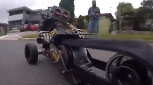 ラジコンバイクを操縦する奇妙なロボットがキモい.png