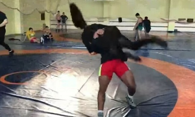 レスラーが女子アナを投げる.jpg