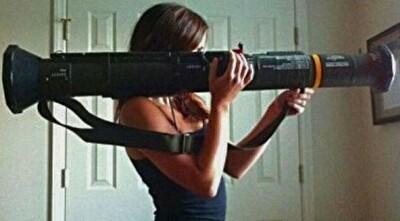 ロケットランチャーを持つ女.jpg