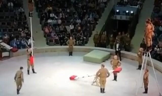 ロシアのサーカス、高椅子に座る.jpg