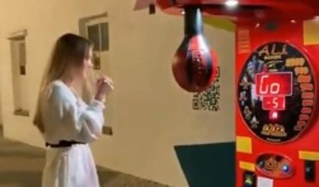 ロシア女性とパンチングマシン.jpg