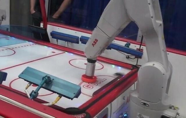 ロボットアームのエアホッケー.jpg