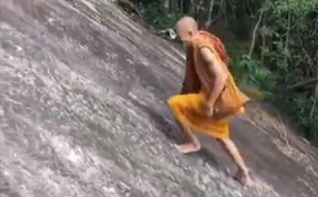 ロープを使わず登る僧侶.png