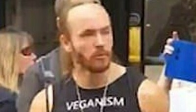 ヴィーガンの前で肉を食う男.jpg