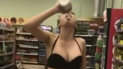 下着姿で牛乳を飲む女.jpg