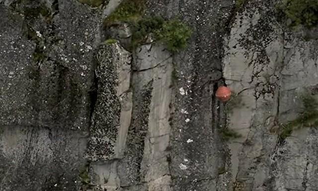 不安定な岩を予め落としておく作業.jpg