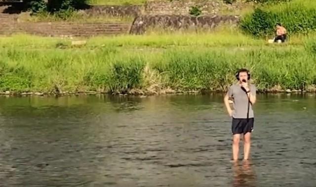 不思議な日本旅行の動画を取る外国人.jpg