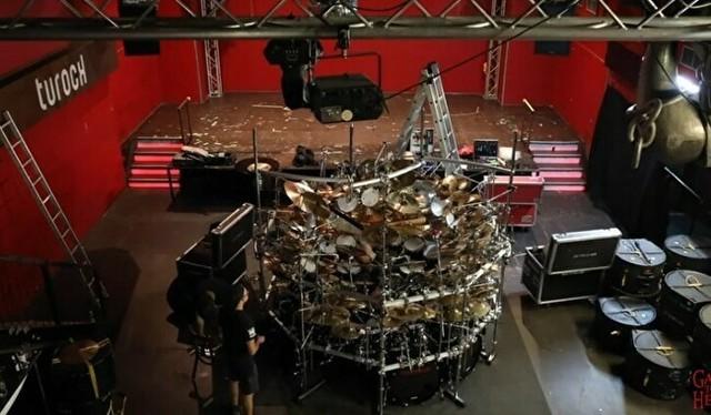 世界一大きなドラムセット.jpg