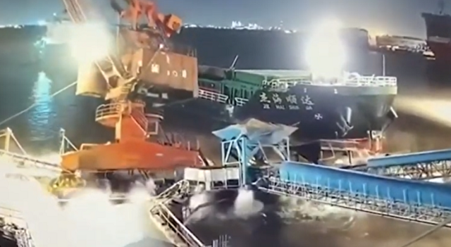 中国の大型船の事故でクレーンが海へ水没.png