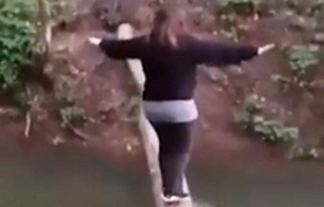 丸太の橋を渡る女性は裏切らない.png