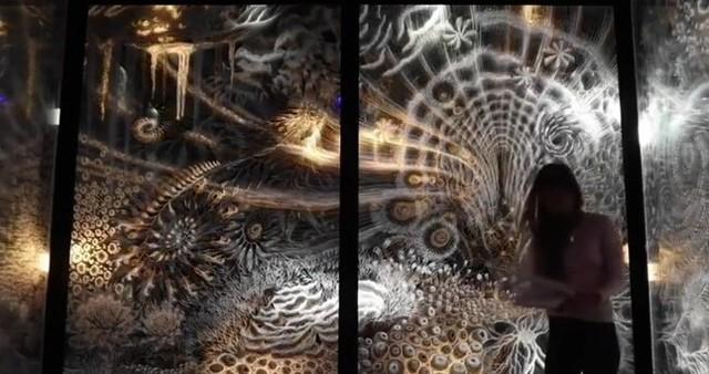 光が当たる角度で模様が動いて見えるサイケデリックアート.jpg