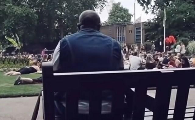 公園でボンジョビを歌う人達.jpg