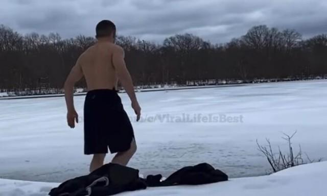 凍った湖に飛び込んだ格闘家.jpg