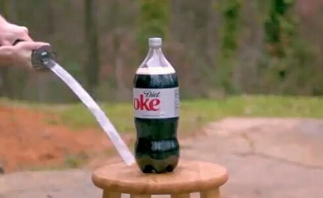 刀でコーラのペットボトルを切ろうする試み.jpg