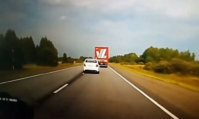 前方が見えないトラック追い越し事故.jpg