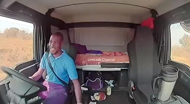 南アフリカのトラックが襲われる.png