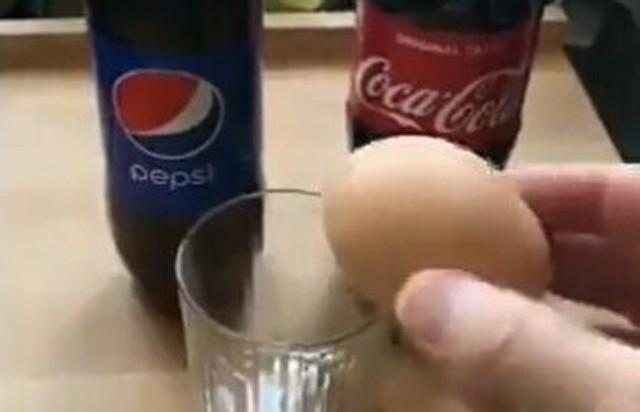 卵をコーラに漬けておくと.jpg